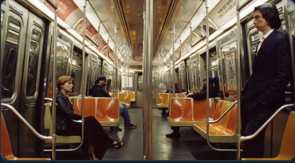Scarlett Johansson y Adam Driver en el metro