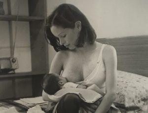 Saura captura la ternura de Geraldine Chaplin dando de mamar a su hijo.