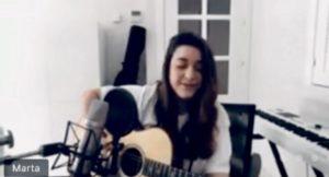 Marta Soto tocando la guitarra