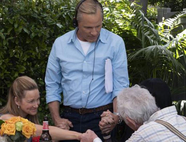 Viggo Mortensen dirige a Laura Linney y Lance Henriksen durante el rodaje de Falling