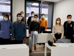 Los alumnos posan junto a Iker Seisdedos en la inauguración del Master de Periodismo Cultural del CEU