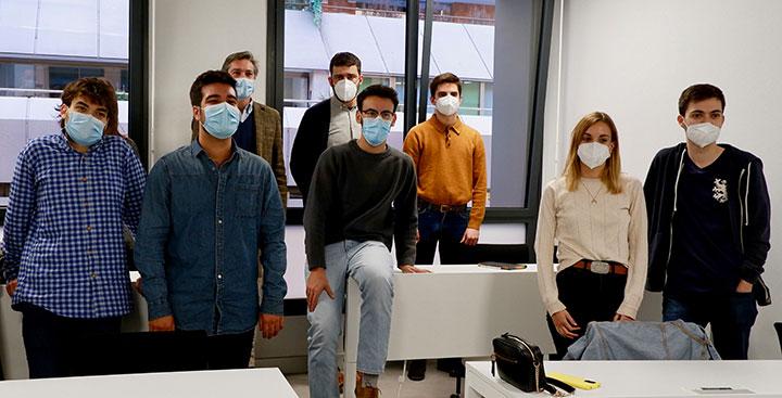 Los alumnos del Master de Periodismo Cultural del CEU posan junto a Iker Seisdedos