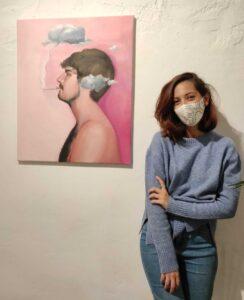 Celia Gallego junto a su obra Anxiety