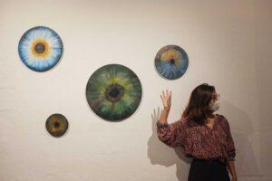 Celia Gallego explicando su obra Ojos