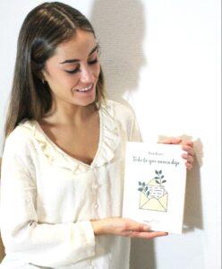 Paula Pastor sostiene su libro Todo lo que nunca dije