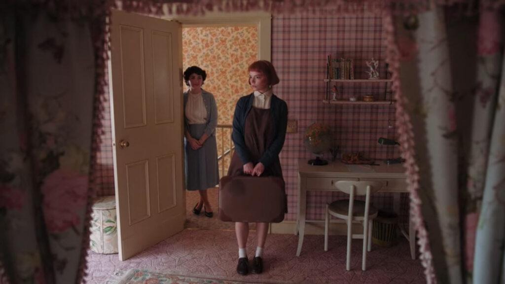 Alma Wheatley enseñándole el cuarto a Beth Harmon