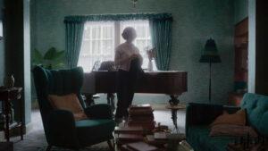 Beth Harmon bailando en el salón de su casa