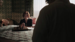 Beth Harmon jugando al ajedrez