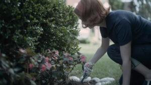 Beth Harmon realizando labores de jardinería con un denim selvedge