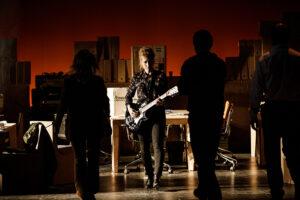 Ikerne Giménez acompañando la obra con música en directo