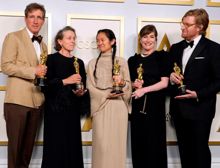 El equipo de Nomadland: Peter Spears, Frances McDormand, Chloe Zhao, Mollye Asher y Dan Janvey