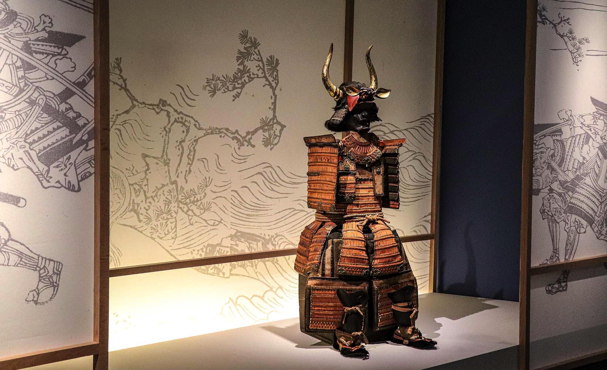 Armadura de un samurái, símbolo del honor y la decadencia.